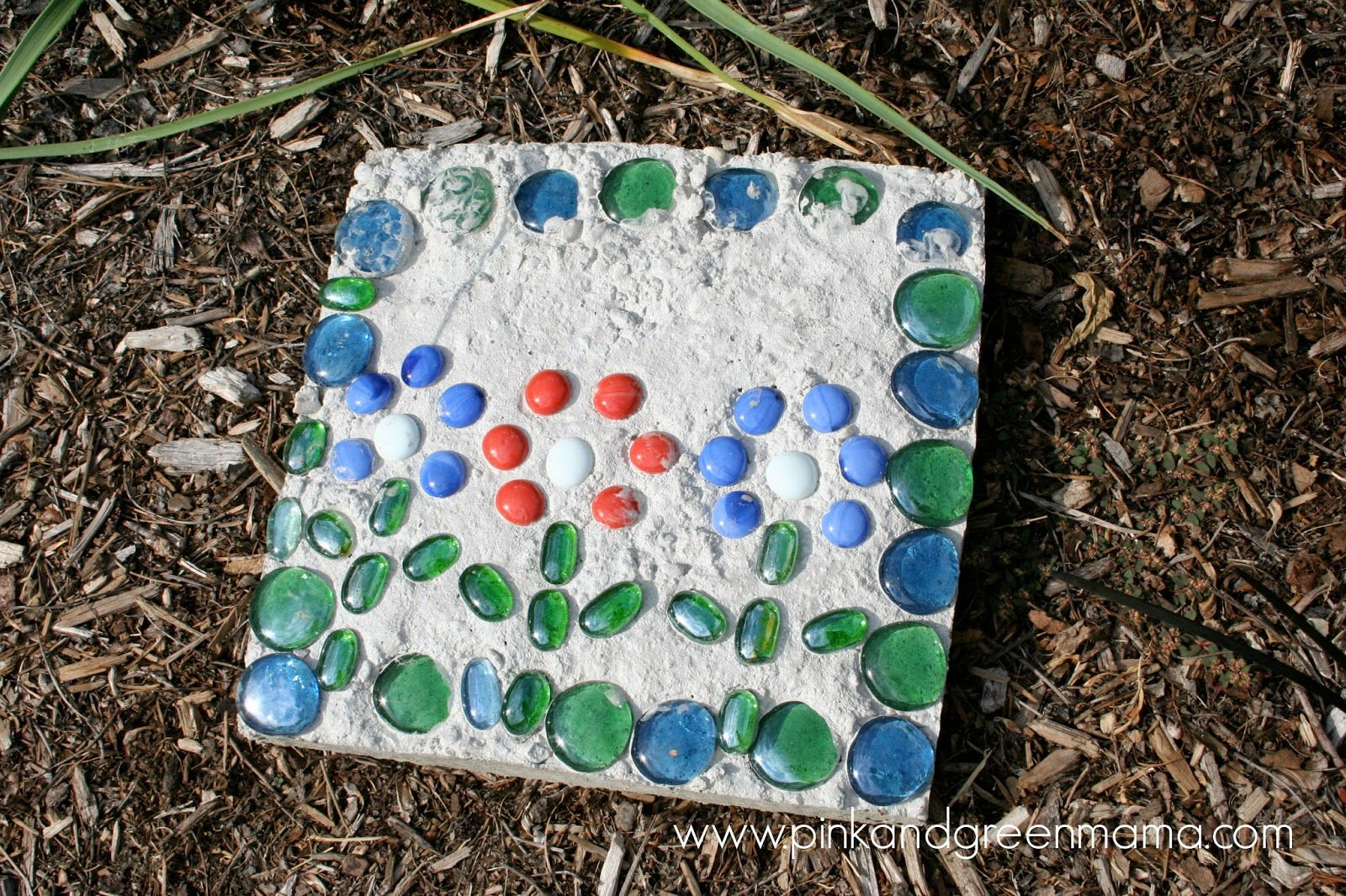 AD-Beautiful-DIY-Stepping-Stone-Ideas-To-Decorate-Your-Garden-12