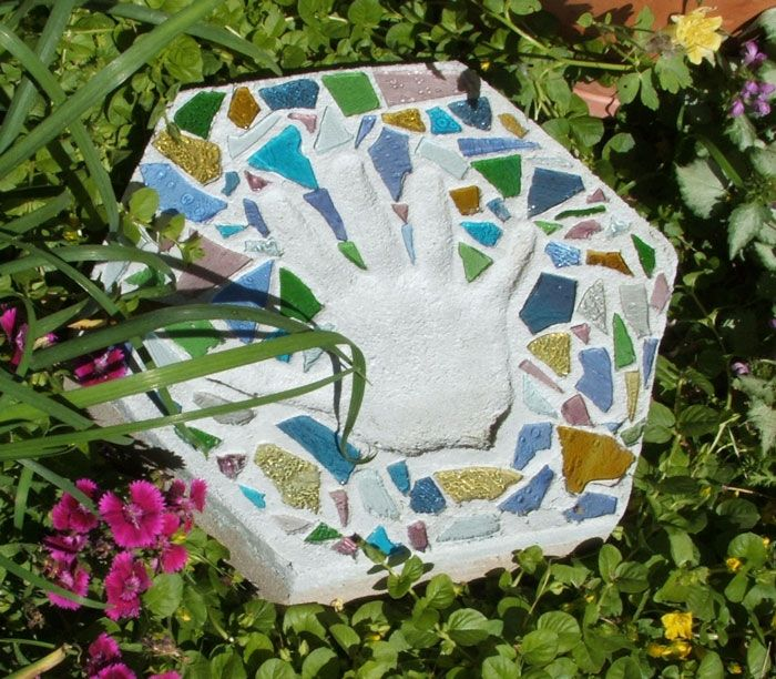 AD-Beautiful-DIY-Stepping-Stone-Ideas-To-Decorate-Your-Garden-24