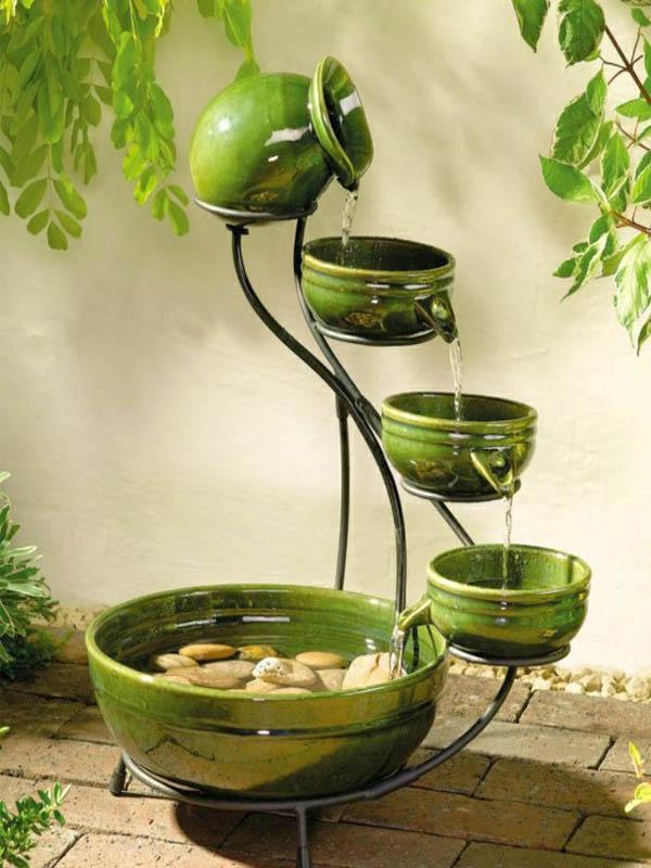 Gartenbrunnen-Töpferei-grün-dekorative-Steine1