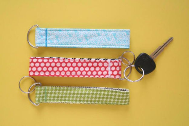 Super-Easy-Lanyard-and-Key-Chain-Wristlet