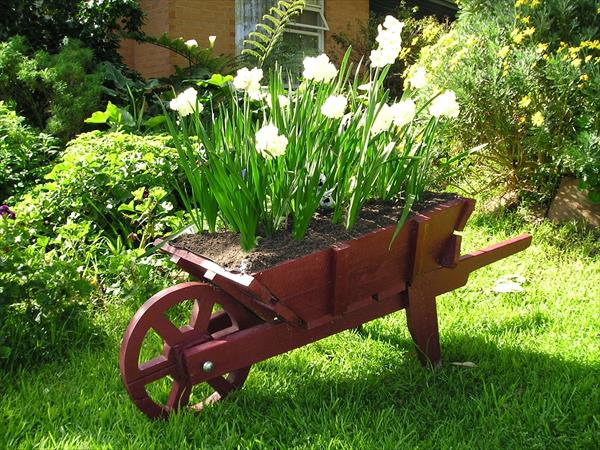 pallet-barrow-wheel-planter-21