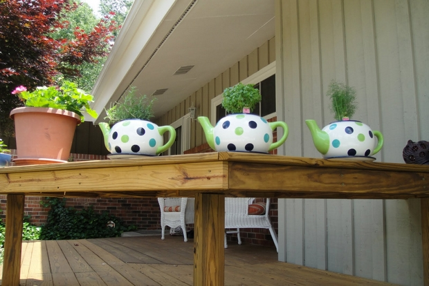 reuse-teapots-ideas-colorful-table-flower-centerpiece-garden-decor-ideas