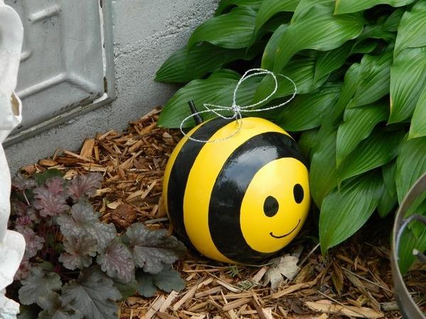 creative-garden-decoration-ideas-bowling-balls-bee