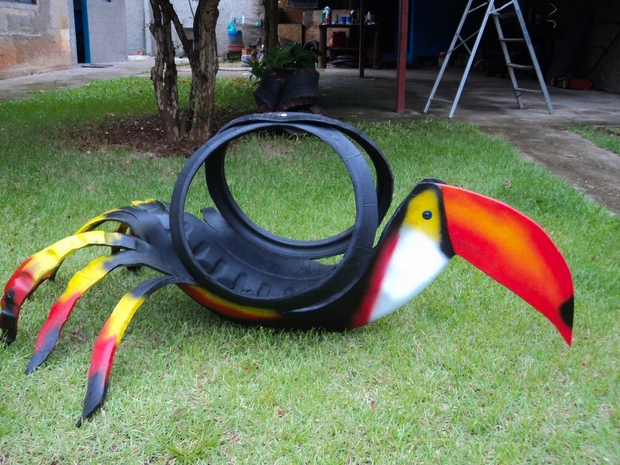 recycle-old-tire-toucan-colourful-bird-made-of-used-tires-parrot-garden-diy-project