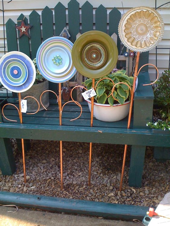 20 mind blowing diy garden ideas using old kitchen items for Garden art from old dishes