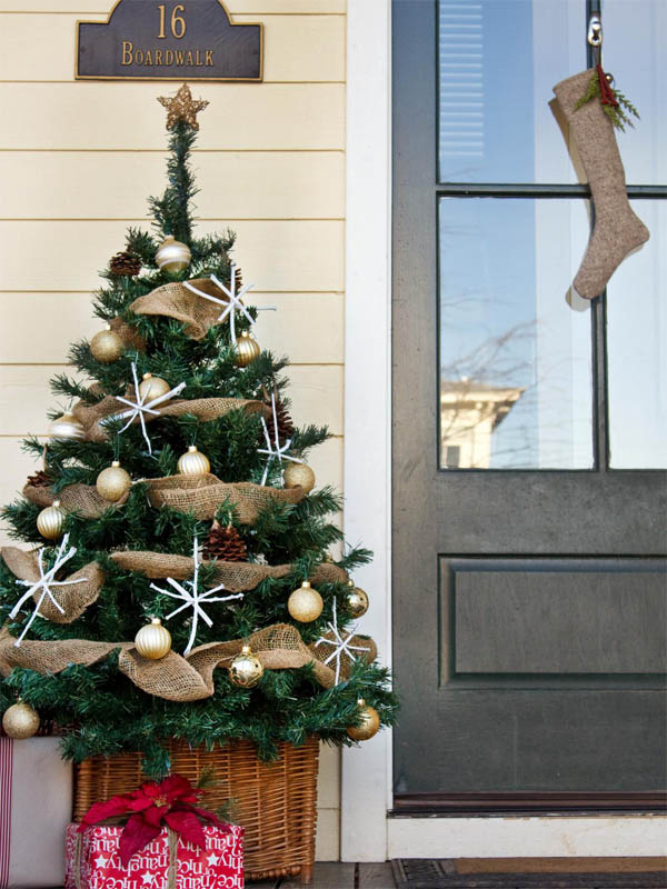 01-mini-christmas-tree-on-entryway-outdoor-decoration-homebnc