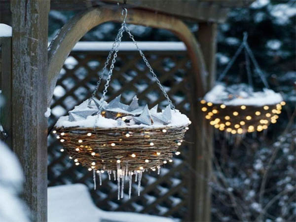 02-hanging-lighted-christmas-flower-basket-decoration-homebnc-768x5762x