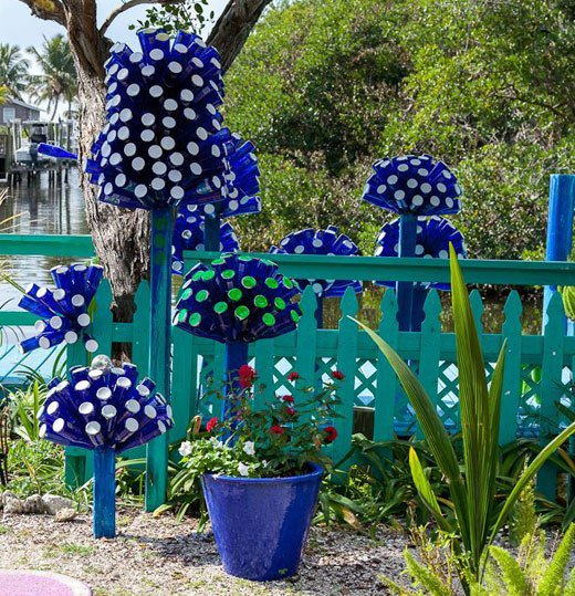 15 terrific diy glass bottle yard decor that will impress for Garden decoration ideas pictures
