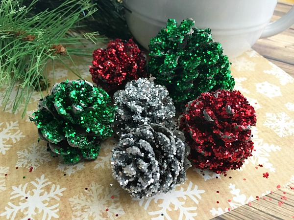 Amazing pine cone decorations you can make for christmas for Pine cone christmas ornaments crafts