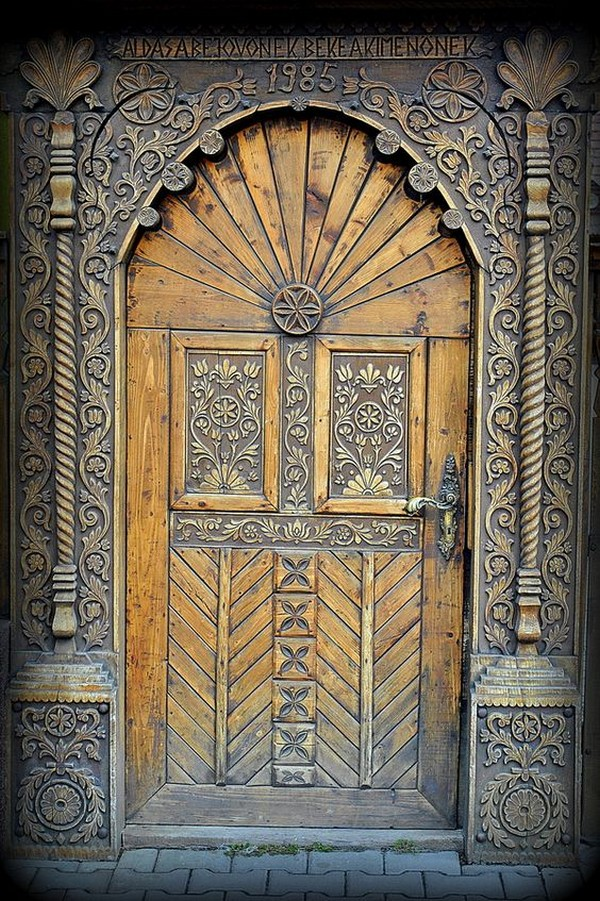16 Splendidly Intricate Hand Carved Doors That You Must