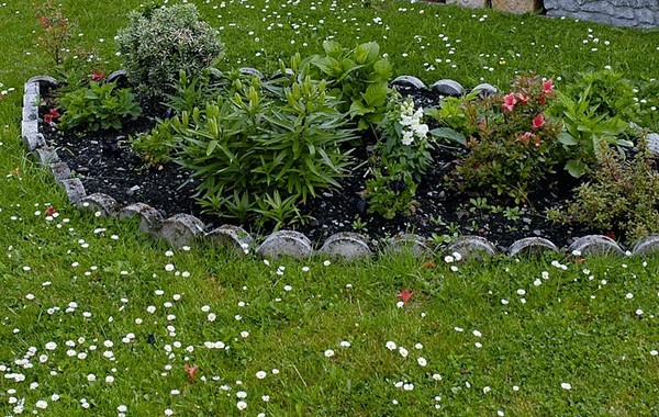 18 amazing garden edging ideas that are budget friendly for Cheap edging ideas
