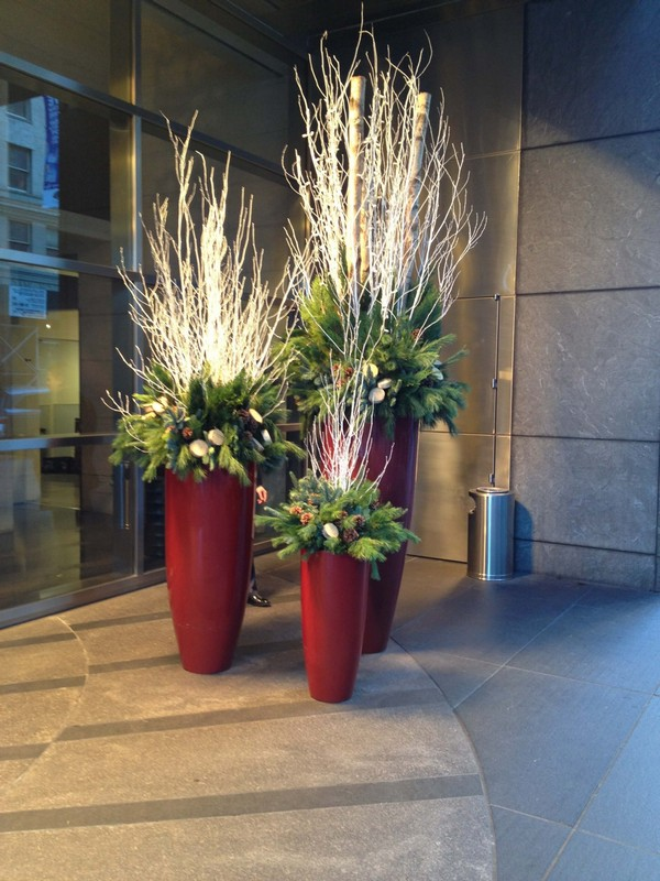 Festive Outdoor Holiday Planter Ideas To Decorate Your